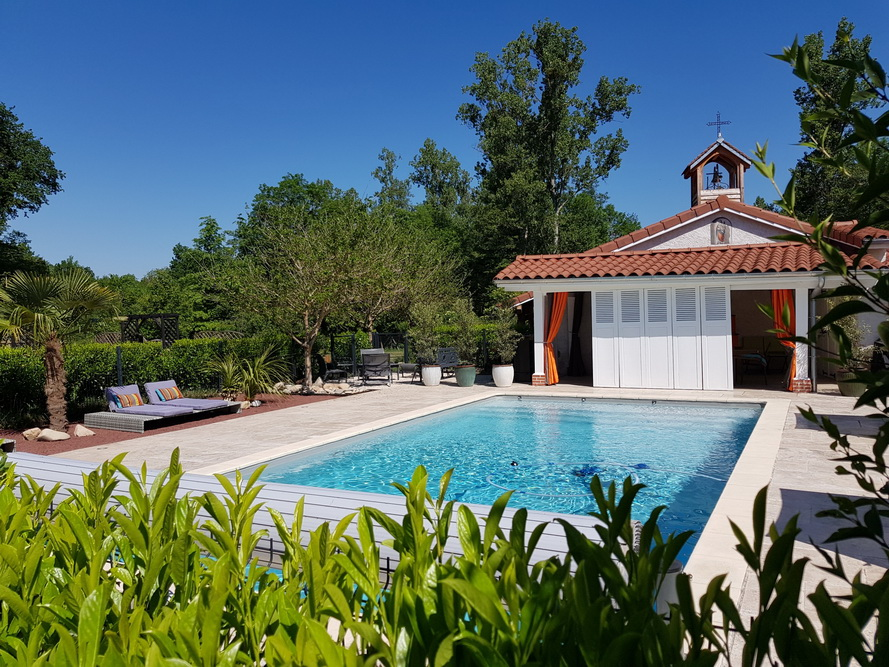 espace piscine pour se détendre, bronzer, nager en toute tranquilité