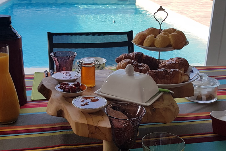 Prenez votre petit déjeuner au bord de la piscine