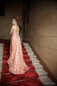Laura grail, miss loire, dans la robe Dahlia d'à vos souhaits escalier chateau des Périchons