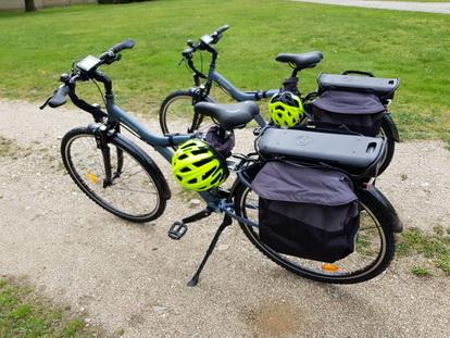 au chateau des Péricons vous pouvez louer des vélos à assistance électrique pour découvrir la plaine du Forez