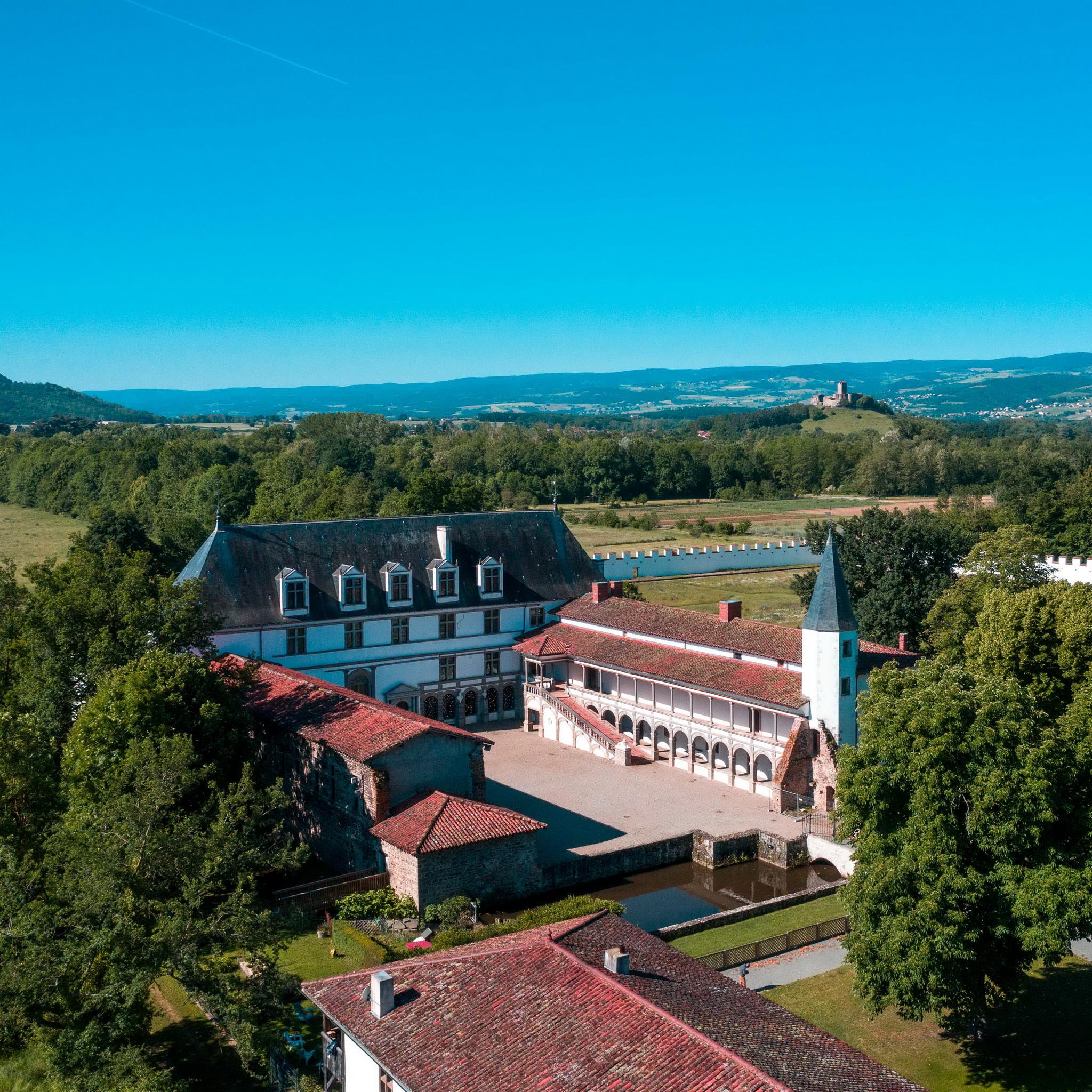 Le château de la Bâtie d'Urfé,  un site remarquable à10 minutes du château des Périchons