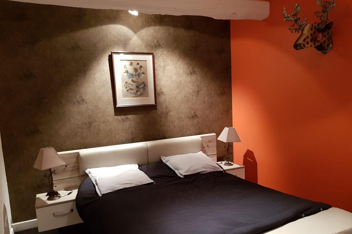 Nous vous accueillons dans l'une des 2 maxi chambres du château. Elles offrent des prestations top pour que votre séjour soit serein, raffiné et inoubliable