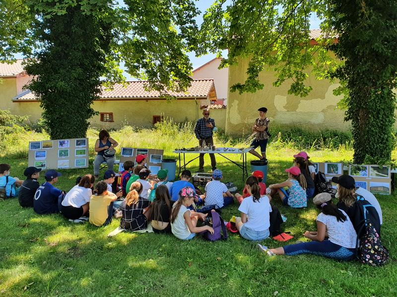 le château des Périchons a reçu les élèves de cm2 de Poncins pour une sortie naturaliste